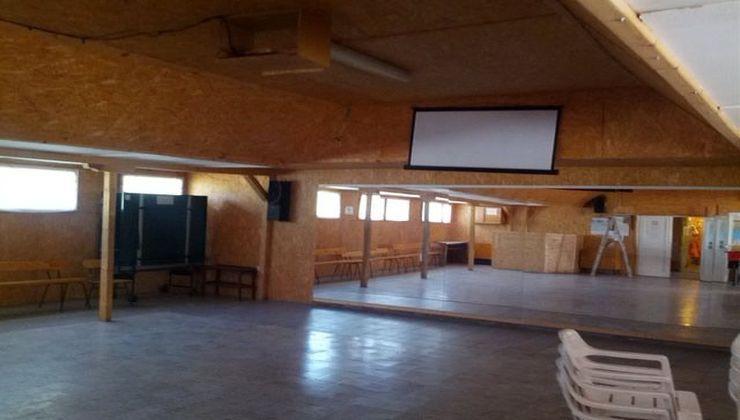 Gólyatábor - Balatonakali Ifjúsági Tábor - tülrös terem